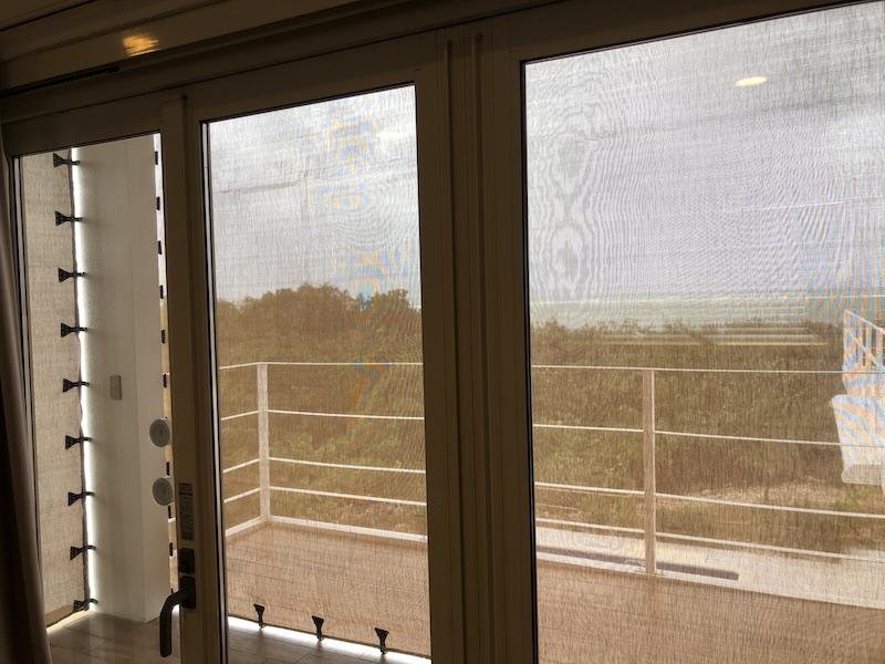 防風ネットを張った大きな窓